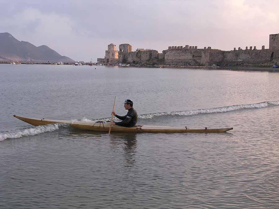 Βασίλης Λιάκος. Μοναδικός κατασκευαστής παραδοσιακού θαλάσσιου kayak καγιάκ στην Ελλάδα. artvali.gr